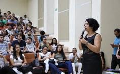 A pró-reitora de Graduação, Sandra Regina Paz, conversa com selecionados