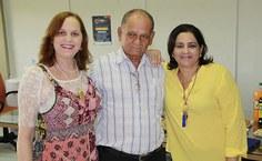 Manoel, ao centro, fez agradecimento especial às servidoras e amigas de trabalho, Diana Monteiro e Márcia Alencar