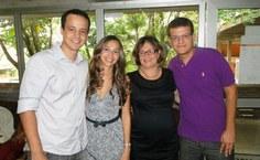 Helena [de preto, ao centro] posa ao lado de seus filhos