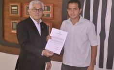 José Tássis Santos recebe do reitor o termo de posse