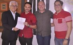 Luciano de Araújo Bezerra, ao lado do irmão e do amigo, comemora a conquista