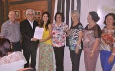 Professor Luiz Antônio e o reitor Eurico Lôbo com Larissa Bonfim Palmeira de Lima e sua família