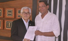 Reitor Eurico Lôbo entrega termo de posse a Ricardo Manoel Correia Lima