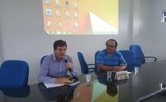 Professor George Sarmento proferindo a palestra ao lado do coordenador Samuel Correia
