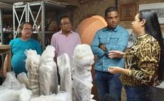 A museóloga Hildênia Oliveira explica à equipe da Proex como é feito o trabalho de recuperação e manutenção do acervo do Museu