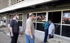 Diretor do DAP, Bruno Moraes, reitor Josealdo  Tonholo e Márcio Ferreira, da Sinfra, estavam logo cedo acompanhando os trabalhos pós incêndio