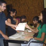 Bolsistas do Conexões de Saberes aplicam questionário com seus feras