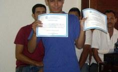 José Adriano exibindo os dois certificados de primeiro lugar
