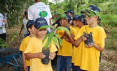 Alunos da Escola Conceição Lyra participaram do reflorestamento da mata ciliar do riacho Retiro