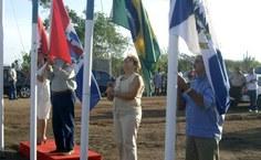 Hasteamento das bandeiras no terreno onde será construído o campus Sertão