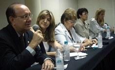 Luis Antônio Cabral, diretor da Feac, saúda o público
