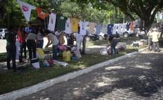 Estudantes organizaram varal com camisas doadas