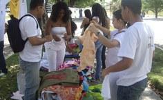 Várias camisas foram doadas para representar as vítimas da violência