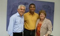 Clayton Santos, com a reitora e o vice-reitor
