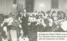 A regente Flávia Vieira orienta a plateia numa apresentação no IGHAL
