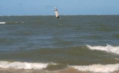O farol é um indicador do avanço do mar por causa da erosão costeira