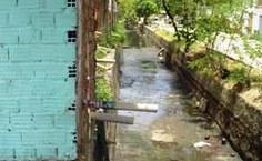 Lançamento de esgoto doméstico no Riacho Gulandim, afluente do Rio Reginaldo.