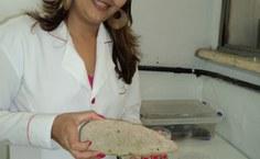 Mariana apresenta a palma, utilizada para experimentos com as joaninhas