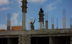 Operários da construção civil trabalhando na obra da Residência Universitária