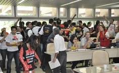 Momento em que houve a invsão à Sala dos Conselhos e motivou a suspensão da reunião