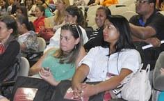 Participantes acompanham um dos debates no auditório do antigo Centro de Ciências da Saúde