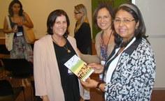 Stela entrega convite para Bienal de Alagoas