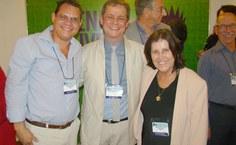 Stela Lameiras com os empossados, vice-presidente Carlos Gianotti e o presidente Carlos Canossa (centro)