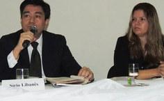 Ao lado de Aruska Magalhães, Flávio Shimomura aponta que é necessário problematizar o conhecimento adquirido nas especializações