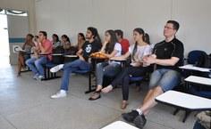 Alunos do curso de Medicina atentos à conferência de abertura