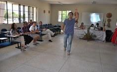 Ator e médico o conferencista Vítor por Deus interagindo com om público durante conferência de abertura