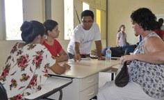 Instrutor demonstra uso de maor pesterial pedagógico (como réguas, livros, cadernos) pessoas com limitação motora