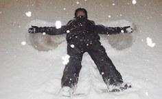Carlos em momento de lazer, fazendo o  snow angel