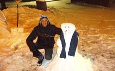 Leandro em momento de lazer fazendo boneco de neve