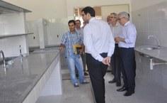 Diretor Luciano Barbosa mostra instalações de laboratórios do novo prédio das engenharias, no Centro de Tecnologia