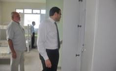 Pró-reitor Pedro Nelson e o secretário Jorge Messias, conferindo os armários dos quartos