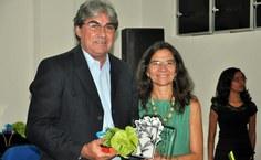 A pró-reitora Simoni Meneghetti entregou homenagem ao professor Crisógono Rodrigues