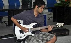 O aluno Danilo Gomes em solo de guitarra, uma das apresentações musicais da solenidade
