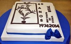 O bolo contou com decoração especial dos 40 anos; imagem foi feita pela professora Maria Tereza de Araujo