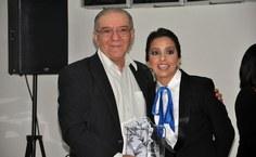 O professor Kleber Cavalcanti Serra também foi homenageado e recebeu das mãos da professora Socorro Pereira