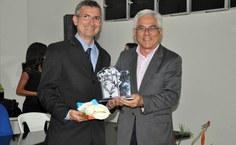 O professor Marcelo Lyra recebeu homenagem do reitor Eurico Lôbo