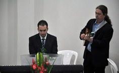 Os professores Vinícius Manzoni e Francisco Fidélis em apresentação musical