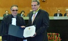 Andreas Krell recebendo a comenda das mãos do presidente do TRF5, Francisco Wildo