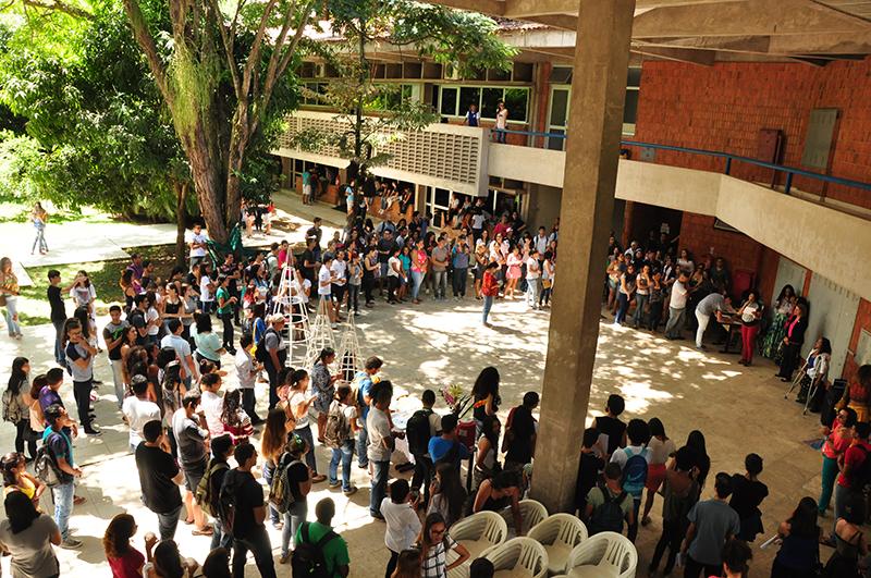 Novos estudantes da Ufal são recepcionados com café, música e informação