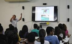 Professor Valmir Pedrosa aconselha alunos