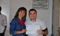 A coordenadora do curso de Enfermagem, Amuzza Aylla, entregando certificado ao novo presidente da Lasc, Davi Porfirio