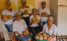 Mulheres da Associação das Cocadeiras em produção das cocadas.  (Foto - Thomaz Japiassú).jpg