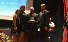 Familiares do professor Luís Carlos de Deus recebem a homenagem.JPG