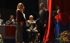 Professor Zezito Guedes recebe a homenagem das mãos da professora Gorete Amorim e do vice-reitor José Vieira.jpg