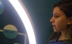 Monitora Fernanda Soares explicando o espaço aos alunos