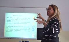 Professora Valéria Campos apresentando os resultados do projeto de extensão que coordena na Unidade de Penedo
